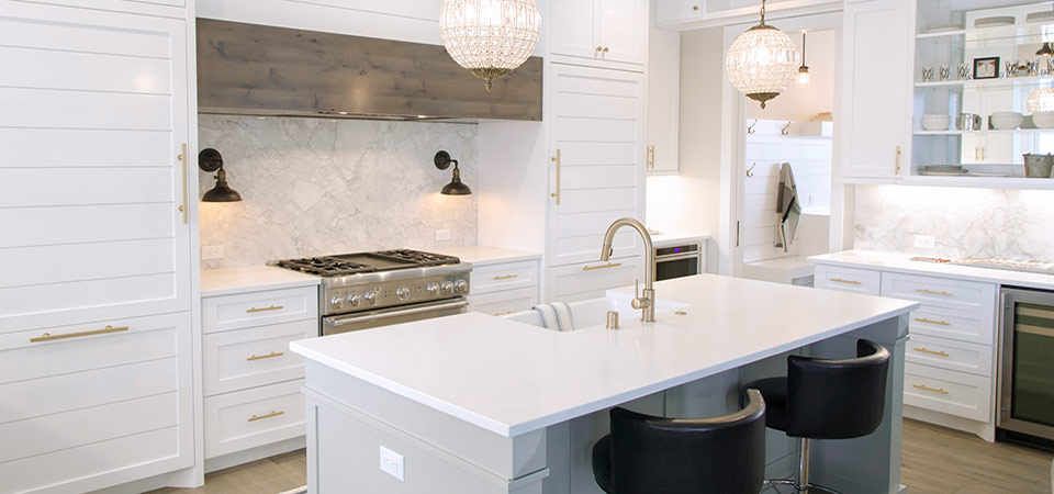 Белая кухня в стиле Hi-tech