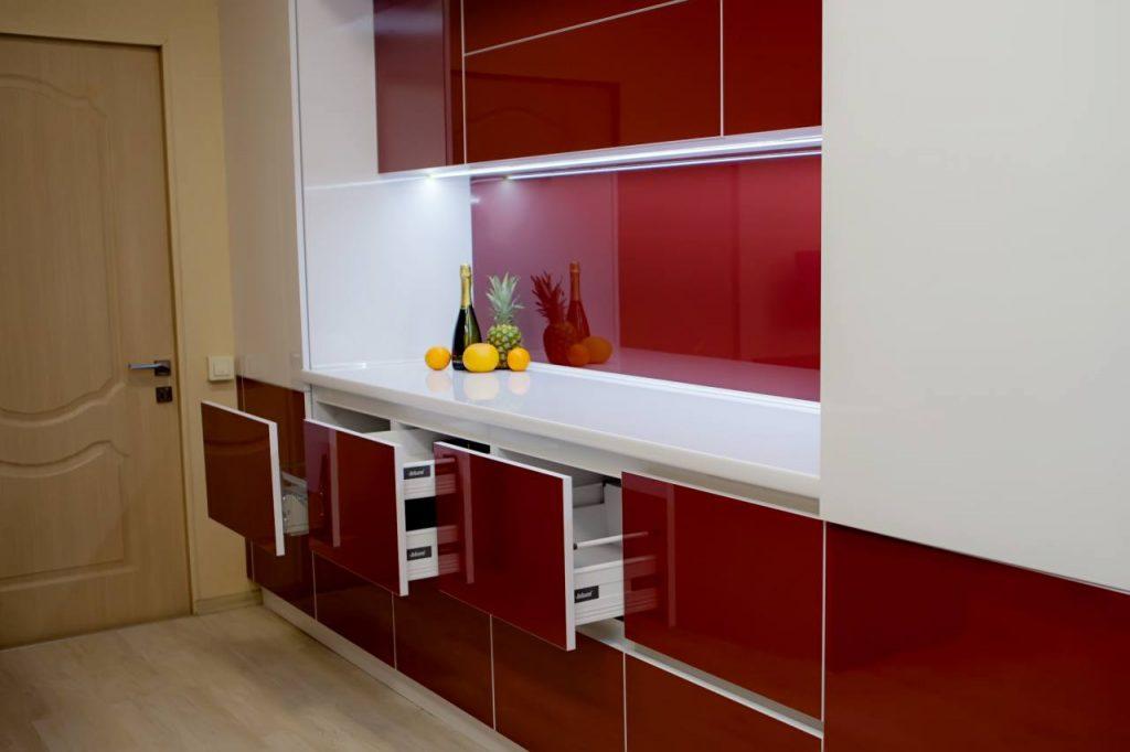 Прямая кухня пластик и стекло лакобель (бордо)
