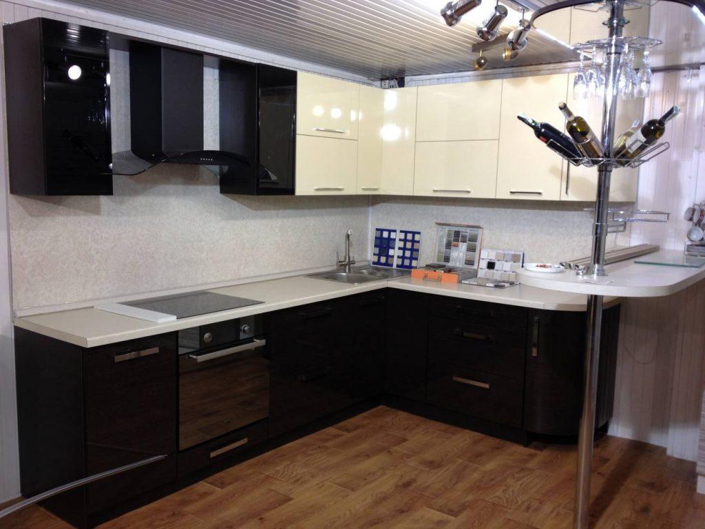 Угловая кухня модерн с ручками №4