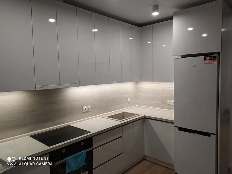 Кухня с глянцевым серым фасадом