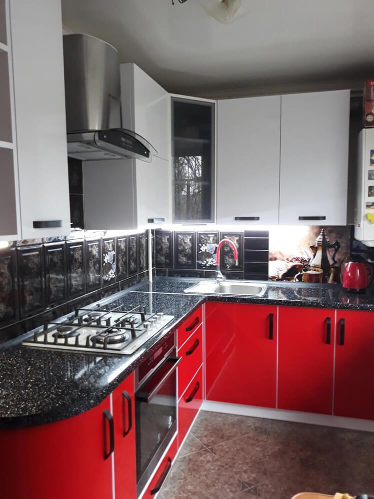 Кухня с фасадами из МДФ накатанного пластиком №2